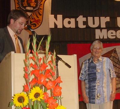 Bürgermeister Thorsten Stolz ehrte Irmgard Schäfer; Foto: NABU/S.Winkel