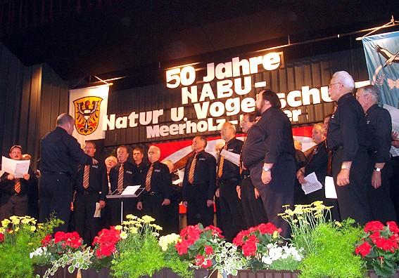 Der Männer-Gesangverein Meerholz erschien zur Ehre der NABU-Gruppe mit zahlreichen Sängern; Foto: NABU/S.Winkel