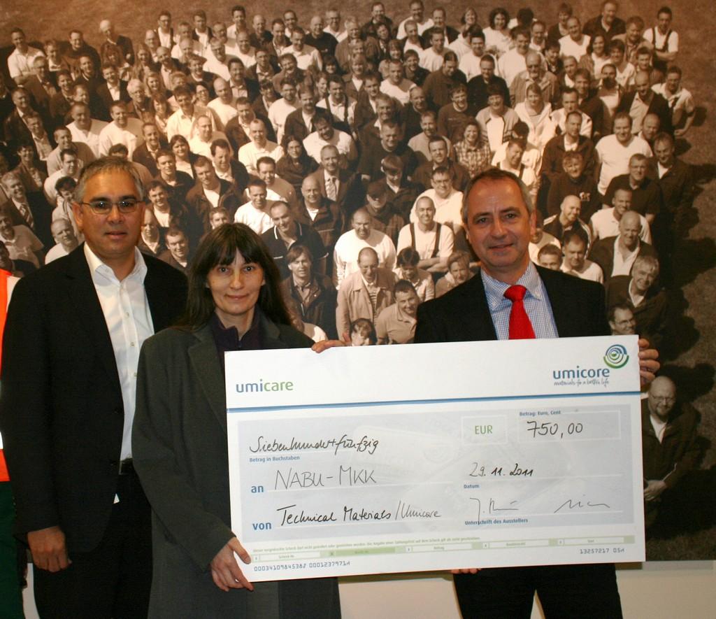 von links Herrn Michael Weis (Umicore), Sibylle Winkel (NABU) und Herrn Dr. Beuers, Vorstandsvorsitzender der Fa. Umicore